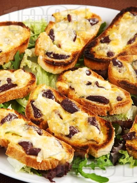 Малки сандвичи с маслини и сиренца - снимка на рецептата